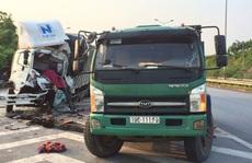 Tông đuôi xe tải đang dừng trên cao tốc Nội Bài - Lào Cai, tài xế tử vong trong cabin