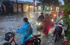 Đồng Nai: Mưa lớn, xe máy 'bơi' trên phố như sông