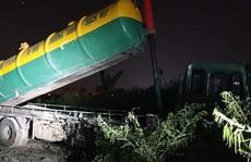 Bắt quả tang xe 'Vì môi trường xanh sạch đẹp' liên tiếp đổ trộm chất thải bẩn