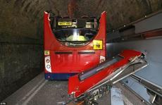 Hai xe buýt Anh bay nóc sau khi tông vào gầm cầu, nhiều học sinh bị thương