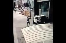 Hai cảnh sát 'bị phục kích' ngay trong xe tuần tra, Tổng thống Trump nặng lời
