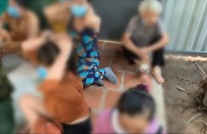 Nhiều quý bà ở Củ Chi vừa nhai trầu vừa đánh bài cào