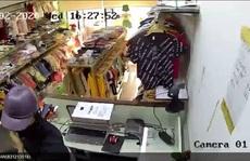 Thanh niên vào shop đồ trẻ em ở Thủ Đức táo tợn đâm nhân viên, cướp tài sản
