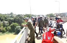 Tìm người đàn ông mất tích khi để lại chiếc xe máy trên cầu