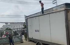 TP HCM: Khống chế kẻ 'ngáo đá' cầm hung khí ra Quốc lộ 13 gây chuyện