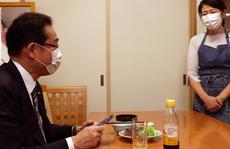 Ứng viên thủ tướng Nhật Bản 'khổ' vì đăng ảnh vợ đeo tạp dề