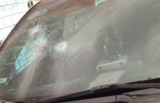 Xe chủ tịch huyện để trong trụ sở ở Thanh Hóa bị đập kính, bẻ cong biển số