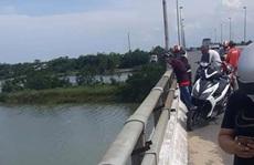 Thanh niên bỏ dép, xe máy, ví tiền trên cầu rồi... về nhà!