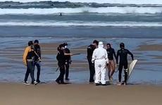Mắc Covid-19 vẫn đi lướt sóng, bị cảnh sát ra tận bãi biển còng tay