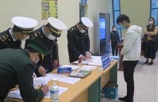 Bộ trưởng Bộ Y tế cùng 4 thứ trưởng kiểm tra việc giám sát, cách ly người nhập cảnh