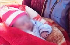 Bé gái sơ sinh bị bỏ rơi trong đêm rét buốt 10 độ C với dòng chữ 'mẹ có lỗi với con'