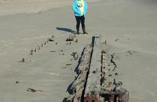 'Tàu ma' bất ngờ trồi lên giữa cát, có thể là mộ phần của 90 người