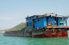 Phát hiện chiếc tàu 'lạ' chở 71 kiện hàng trôi tự do trên biển