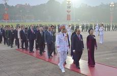 Các đại biểu dự Đại hội XIII vào Lăng viếng Chủ tịch Hồ Chí Minh