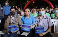 Ấm áp chương trình 'Tấm vé nghĩa tình' hỗ trợ công nhân về quê đón Tết