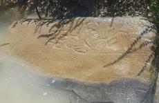 Tìm ra đường vào 'vương quốc bằng vàng' từ vật lạ dưới mương nước