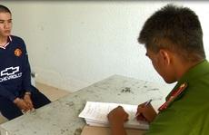 CLIP: Sợ bị giam xe, thanh niên 19 tuổi làm liều với cán bộ công an