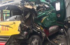 Đấu đầu xe tải, nhiều hành khách bị thương trong xe buýt biến dạng