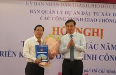 Phó chủ tịch UBND TP HCM Lê Hòa Bình trao quyết định cho ông Lê Ngọc Hùng