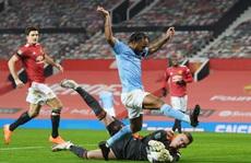 Bóng đá Anh lại dính 'bão' Covid-19