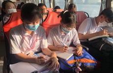 Học sinh TP HCM thi 'Văn hay chữ tốt' trên… sông Sài Gòn