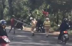 Xôn xao clip người đàn ông cầm dao đuổi chém CSGT?