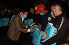 Bí thư Đắk Lắk xuống đường trong đêm, tặng quà Tết cho công nhân