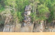 CLIP: Kỳ lạ 3 hòn đá 'cõng' nhau trên thượng nguồn sông Mã