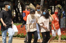 Hội hoa xuân Vũng Tàu đông đúc, nhiều người tự ý tháo khẩu trang để chụp ảnh