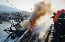 Clip: Hoả hoạn sáng mùng 3 Tết, 3 tàu cá bị cháy, thiệt hại khoảng 14 tỉ đồng