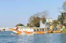 CLIP: Thuyền rồng 'chui' bát nháo trên sông Hương