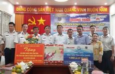 Báo Người Lao Động cùng Cảnh sát biển Việt Nam trao cờ Tổ quốc và quà Tết cho ngư dân Kiên Giang