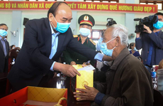 Thủ tướng Nguyễn Xuân Phúc thăm và tặng quà cho hộ nghèo ở Quảng Nam