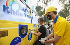 Độc đáo xe bus phát khẩu trang miễn phí giữa trung tâm TP HCM