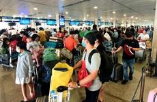 Sân bay Tân Sơn Nhất đông nghẹt ngày 25 Tết, nhiều khách trùm kín người để phòng dịch