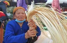 CLIP: Những người phụ nữ chẻ lạt giang gói bánh chưng ở chợ đầu mối