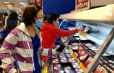 Mùng 5 Tết, người dân TP HCM mua trữ hàng hóa, giá thịt heo đã giảm