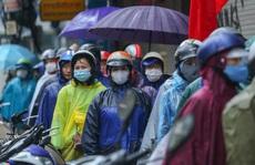 Người Hà Nội đội mưa xếp hàng mua giò chả, bánh chưng