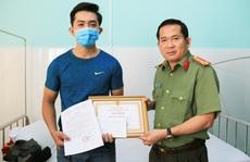 CLIP: Giám đốc Công an An Giang khen thưởng cấp dưới dũng cảm truy bắt tội phạm