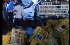 Xe tải lật trong đêm, 2 người chết, 1 người bị thương nặng