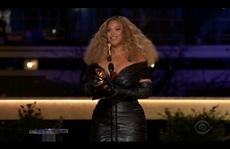 """Grammy 2021: Beyonce làm nên lịch sử, Taylor Swift thắng """"Album của năm"""""""