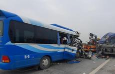Xe khách tông xe đầu kéo,  1 người chết, hơn 10 người bị thương