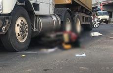 Xe máy bị cuốn vào gầm container, người đàn ông tử vong tại chỗ