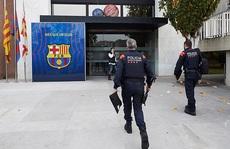 NÓNG: Cảnh sát khám xét CLB Barcelona, bắt êkip cựu chủ tịch Bartomeu