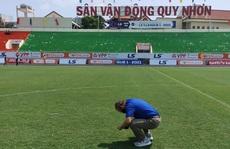 HLV Park Hang-seo bất ngờ kiểm tra chất lượng mặt cỏ sân Quy Nhơn