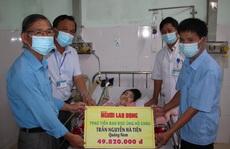Báo Người Lao Động trao 49,82 triệu đồng cho 2 cha con 8 năm đón Tết ở bệnh viện