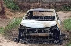 Côn đồ chém 2 người trọng thương, đốt ôtô cháy rụi