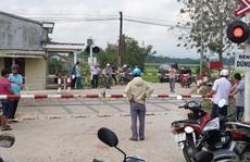 Nhân viên chậm hạ gác chắn tàu hỏa, ô tô gặp họa khiến gia đình 3 người thương vong