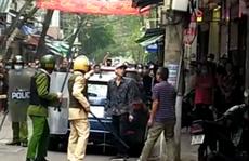Thanh niên 'ngáo đá' cầm kiếm dài hơn 1 m ra đường chém loạn xạ vào ôtô và nhà dân
