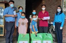 Trao sổ tiết kiệm cho trẻ mồ côi vì đại dịch